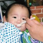 4ヶ月?5ヶ月?6ヶ月?離乳食の開始時期と離乳食の硬さの目安