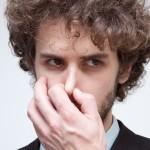 【エアコン臭い】エアコンのつけはじめのあの嫌なにおいの原因と対処法