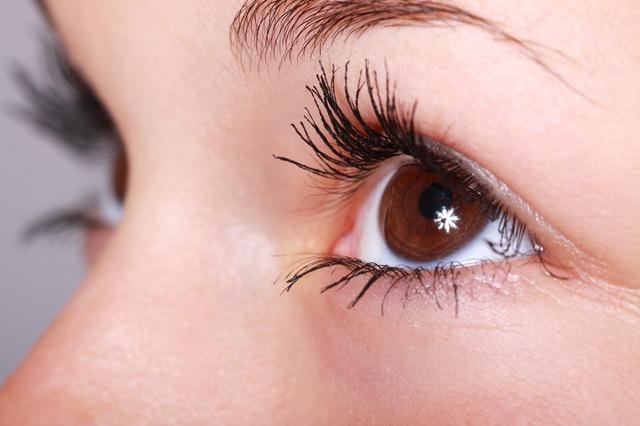 コンタクトレンズがずれる原因と直し方、片目だけの場合は要注意!