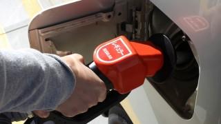ガソリンの吹きこぼれで塗装やタイヤは大丈夫?GS店員に聞いてみたよ!